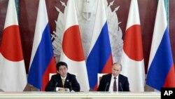 ທ່ານ Shinzo Abe ນາຍົກລັດຖະມົນຕີຍີ່ປຸ່ນ ກ່າວຄໍາປາໄສໃນ ກອງປະຊຸມຖະແຫລງຂ່າວ ຮ່ວມກັບປະທານາທິບໍດີ Vladimir Putin ຂອງຣັດເຊຍ ໃນວັງແກຣມແລັງ ທີ່ນະຄອນຫລວງມົສກູ ໃນວັນທີ 29 ເມສາ 2013.