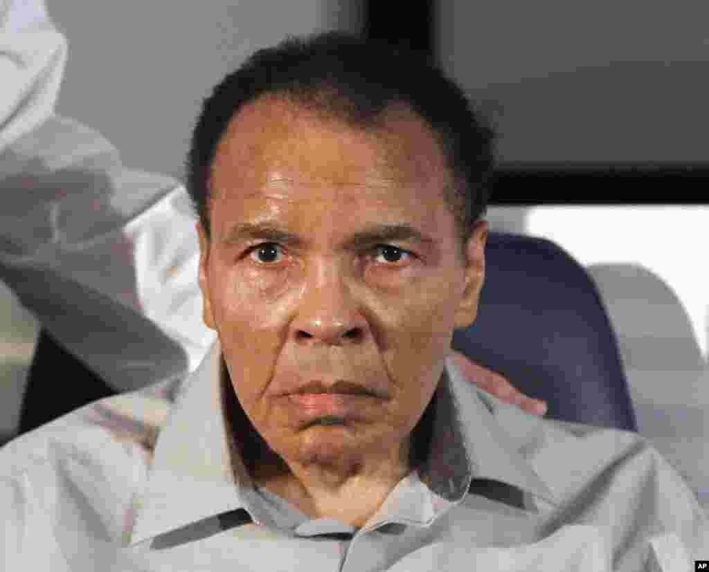 El 22 de de febrero de 2012, el ex campeón mundial de boxeo Muhammad Ali, entra al Instituto Neurológico Barrow hospital St. Joseph en Phoenix.