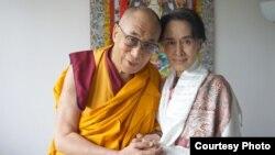昂山素季和达赖喇嘛在布拉格会晤(达赖喇嘛官方网站)