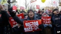 """Người biểu tình cầm bảng chữ ghi """"Bắt Park Geun-hye"""" tuần hành về phía dinh Tổng thống trong một cuộc biểu tình ở Seoul, thứ Bảy ngày 10 tháng 12, 2016."""