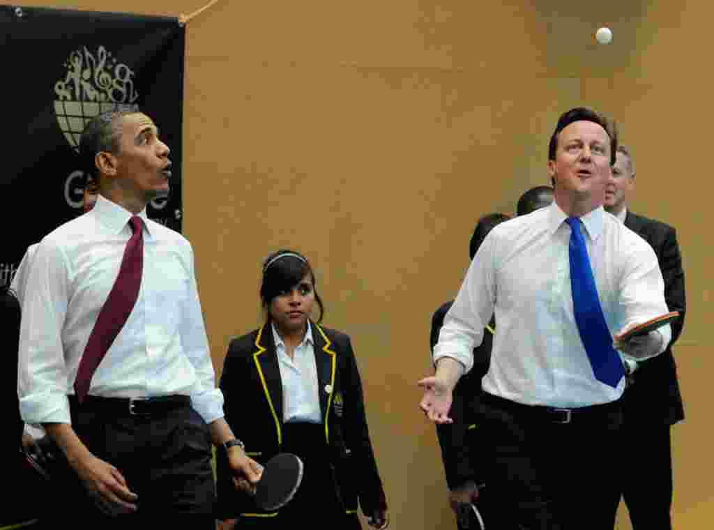 باراک اوباما، رییس جمهوری آمریکا و دیوید کامرون نخست وزیر بریتانیا روز چهارشنبه همچنین در یک کنفرانس خبری مشترک اعلام کردند عملیات نظامی در لیبی تا زمانی که معمر قذافی حمله به غیر نظامیان را متوقف نساخته و کنار نرود، ادامه خواهد یافت. رییس جمهوری آمریکا ت