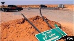 Pasukan pemberontak berpatroli di 73km di luar Bani Walid, Libya (1/9).