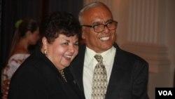 El doctor Juan Romagoza y la delegada del estado de Maryland, Ana Sol Gutiérrez durante la gala por los 30 años de la Clínica del Pueblo celebrada en la OEA.