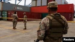 지난달 18일 파나마에서 군인들이 신고하지 않은 무기를 싣고가다 억류된 북한 국적 선박 '청천강' 호 화물을 지키고 있다.