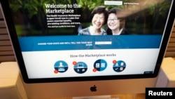 Seorang pria mengunjungi situs Undang-undang Layangan Kesehatan Terjangkau (Obamacare).