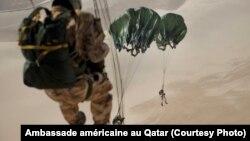 Plus de 40 parachutistes ont pris part aux exercices de routine, au Qatar, le 22 août 2017.
