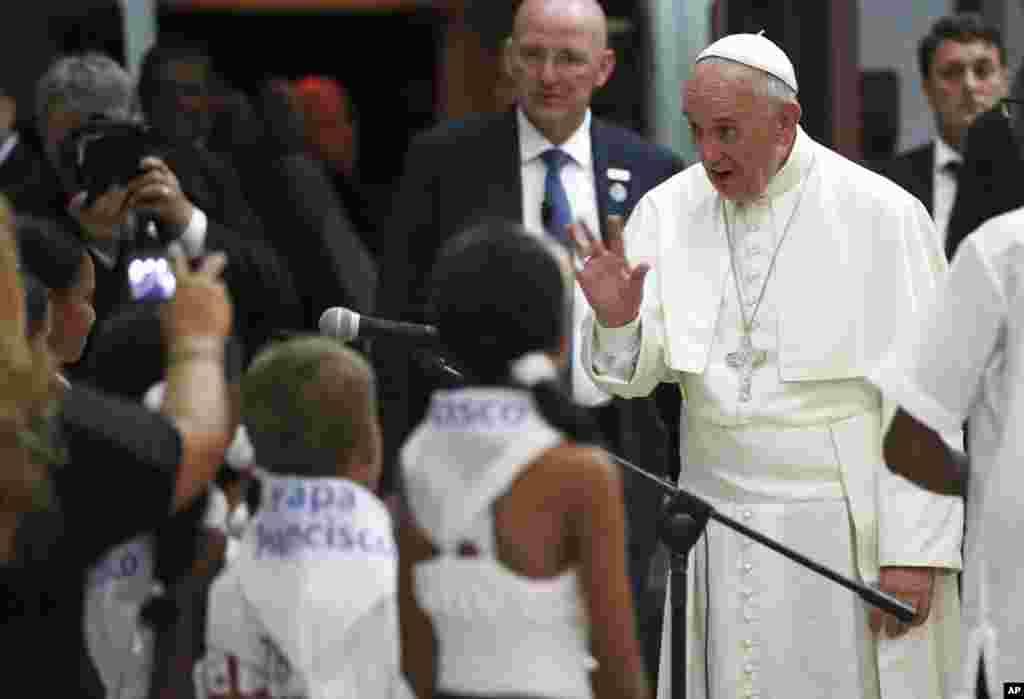 کیوبا میں پوپ فرانسس بچوں سے محو گفتگو ہیں۔