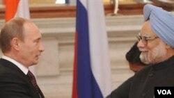Vladimir Putin dan Manmohan Singh setelah menandatangani transaksi milyaran dolar bidang energi dan pertahanan di New Delhi, 12 Maret 2010.