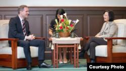 台灣總統蔡英文2019年3月30日接見布拉格市長賀瑞卜(台灣總統府提供)