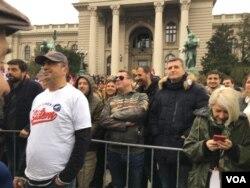 """Protest """"Svi kao jedan"""" u sklopu serije protesta """"1 od 5 miliona"""" ispred Skupštine Srbije u Beogradu, 13. aprila 2019. (Aleksandra Nenadović, VOA)"""