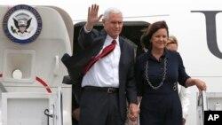 Wakil Presiden Amerika Mike Pence dan istrinya, Karen (foto: dok).