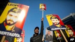 Réplicas de los carteles que portaron manifestantes venezolanos el sábado 20 de febrero en Caracas para exigir la libertad de Leopoldo López y otros líderes de oposición, fueron colgadas en la fachada de la sede del gobierno de la Comunidad de Madrid el lunes 14 de marzo. El sábado se cumplieron dos años del encarcelamiento de López.