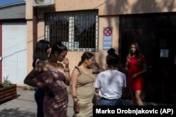 Zlata Ristic, 27, tengah, Elma Dalipi, 14, kiri, Dijana Ferhatovic, 18, 2 kiri, Zivka Ferhatovic, 20, kanan, dan Selma Dalipi, 14, 2 kanan, anggota band Pretty Loud, berdiri di depan sebuah studio musik di Beograd, Serbia, Rabu, 16 Juni 2021. (Foto: AP/Ma