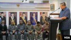Presiden Susilo Bambang Yudhoyono memberikan keterangan terkait isu penyadapan oleh Australia di Istana Negara Jakarta, didampingi pejabat terkait (20/11). (VOA/Andylala Waluyo)