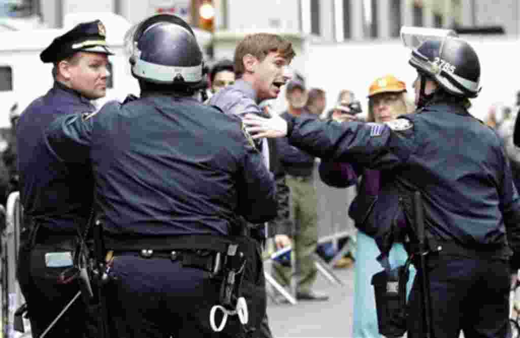 Uno de los manifestantes es arrestado en las afueras del parque Zuccotti en Nueva York.