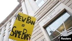 2017年3月7日,移民活动人士在华盛顿美国海关与边界保护局总部外面聚会反对川普新推出的旅行禁令。