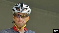 Lance Armstrong trước khi bắt đầu chặng thứ 3 của Tour de France tại Wanze, Bỉ (ảnh tư liệu ngày 6 tháng 7, 2010)