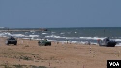 去年夏季在俄罗斯里海岸边参加军事比赛活动的中国与俄罗斯军队的装甲战车。