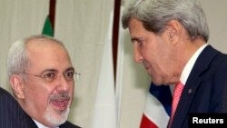 Američki državni sekretar Džon Keri i iranski ministar inostranih poslova Mohamed Džavad Zarif posle razgovora u Ženevi, 24. novembar, 2013.