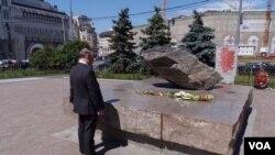 """1990年竖立在前克格勃总部大楼广场前的""""索洛维茨""""巨石,悼念苏共政权政治迫害遇难者。"""