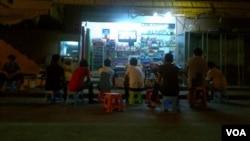 下班休息的工人坐在街头