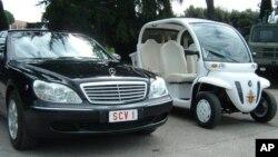 El primer vehículo eléctrico del Papa Benedicto XVI permanece estacionado al interior de la ciudad Vaticano.