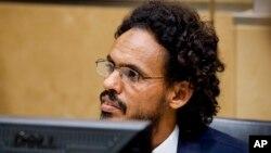 Ahmad Al Mahdi Al Faqi assis au tribunal lors de sa comparution initiale devant la Cour pénale internationale à La Haye, Pays-Bas, le 30 septembre 2015. (AP Photo/Robin van Lonkhuijsen)