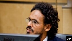 Ahmad Al Mahdi Al Faqi assis au tribunal lors de sa comparution initiale devant la Cour pénale internationale à La Haye, Pays-Bas, 30 septembre 2015.