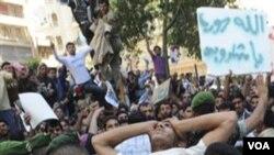 Para demonstran anti pemerintah menggotong korban luka-luka akibat bentrokan dengan pasukan keamanan (1/4).