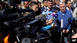 António Guterres falando com jornalistas. Foto de arquivo.
