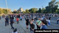 Des gens assistent à un rassemblement , défiant les mesures de confinement du gouvernement, mis en place pour endiguer la propagation de l'épidémie de coronavirus à Belgrade, en Serbie.