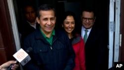 Mantan Presiden Peru, Ollanta Humala, dan istrinya Nadine Heredia berhenti untuk berbicara dengan para wartawan saat mereka meninggalkan markas Partai Nasional Peru dimana mereka bertemu dengan para pengacaranya di Lima, Peru, hari Kamis, 13 Juli 2017 (foto: AP Photo/Rodrigo Abd)