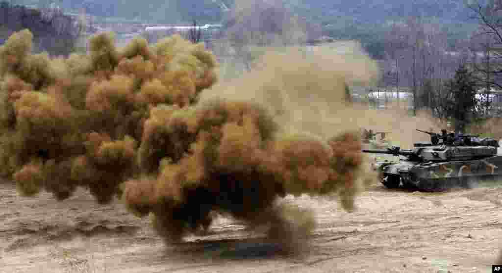 Bom khói nổ gần xe tăng của quân đội Nam Triều Tiên trong một cuộc tập trận gần khu phi quân sự Hwacheon. Cuộc tập trận nhằm chuẩn bị trong trường hợp Bắc Triều Tiên tấn công.