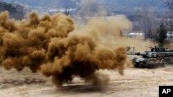 1일 한국 화천의 비무장지대에서 북한의 도발에 대비하여 훈련 중인 한국군.