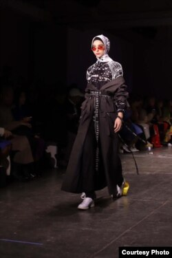 Busana karya perancang Dian Pelangi di New York Fashion Week 2019 (Courtesy: IFG).