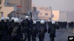 巴林的防暴警察星期天在錫特拉島追趕反政府示威者