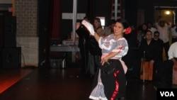 Dayan Aldana baila e interpreta los ritmos del Perú.