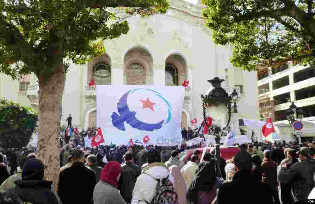 An Ennahda rally outside the national theatre in Tunis. (Henry Ridgewell for VOA)
