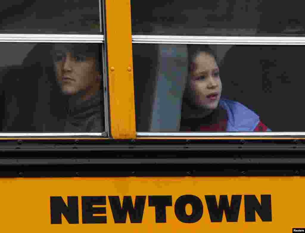 2012年12月18日,康涅狄克州纽敦地区学校复课。孩子们乘校车上学。