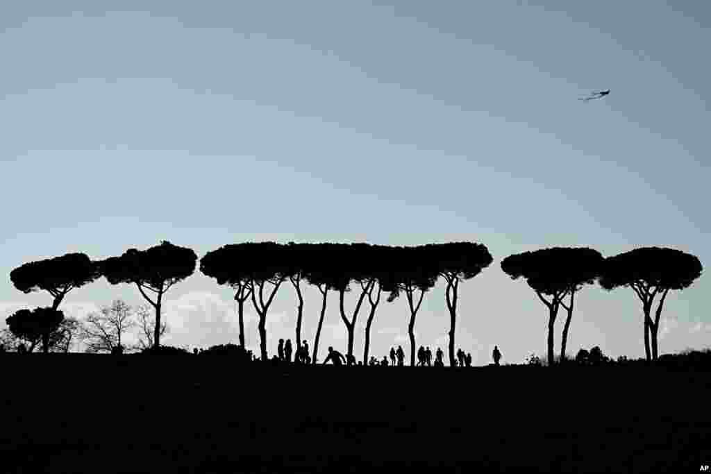 Warga menikmati piknik di taman Vila Pamphilii di Roma, Italia, pada Senin Paskah.