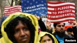 Người biểu tình cầm các biểu ngữ ủng hộ di dân trong một cuộc tuần hành chống Tổng thống đắc cử Donald Trump ở New York, 18/12/2016.