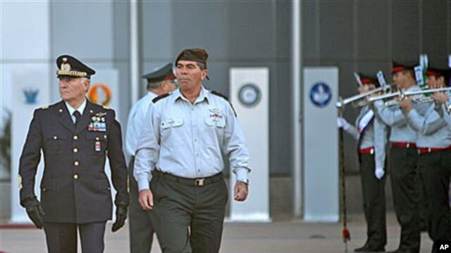 Italy's Chief of Staff Gen. Vincenzo Camporini, left, walks with Israel's Chief of Staff Lt. Gen. Gabi Ashkenazi during a welcoming ceremony in Tel Aviv, Israel, Dec 27, 2010 (File Photo)