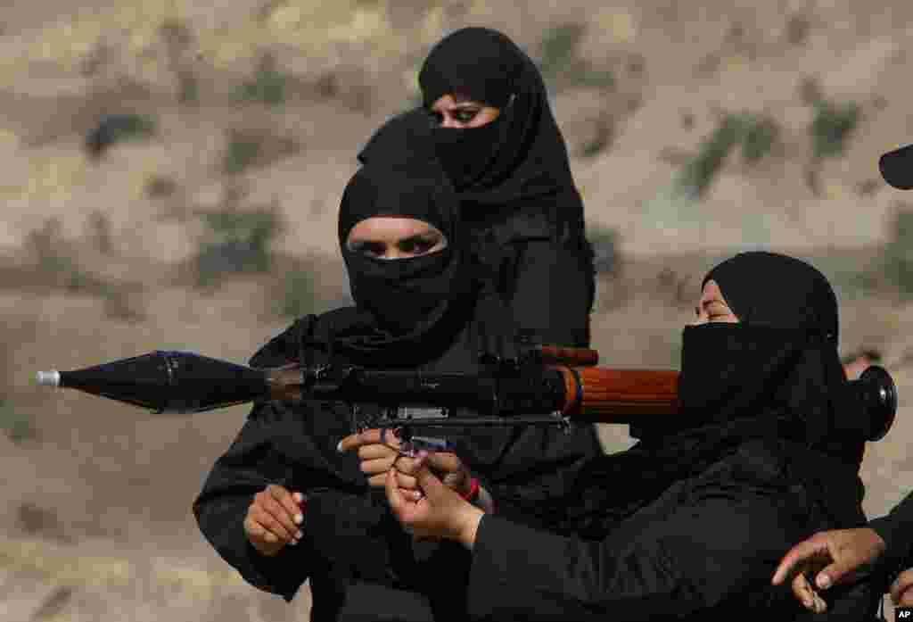 زنان کوماندو در صفوف پولیس پاکستان حین انجام تمرینات در شهرک نوشهره در نزدیک پشاور