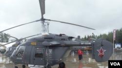 两国计划联合在印度生产卡-226T直升机。今年夏季莫斯科武器展上的卡-226直升机。(美国之音白桦拍摄)