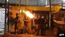 Vojnici ID-a ispaljuju suzavac na palestinske prosvjednike tijekom protuizraelskog prosvjeda zbog napetosti u Jeruzalemu, na kontrolnom punktu Qalandiya između Ramale i Jerusalima, na okupiranoj Zapadnoj obali, 11. maja 2021.