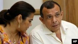 La ex primera dama de Honduras, Elena Bonilla, izquierda, fue detenida junto a su cuñado Maurico Mora. En esta foto de archivo aparece junto a Porfirio Lobo.