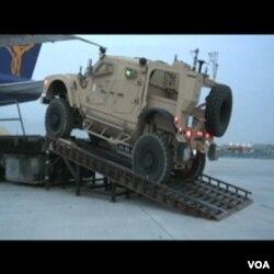 Zbog velike potrežnje nova oklopna vozila se u Afganistan dopremaju avionima