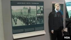 """布拉格共產主義博物館中的展品顯示,1948年2月共產黨在捷克斯洛伐克組建自己的武裝,""""人民警察"""""""