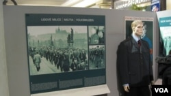 """布拉格共產主義博物館中的展品顯示,1948年2月共產黨在捷克斯洛伐克組建自己的武裝,""""人民警察""""。"""