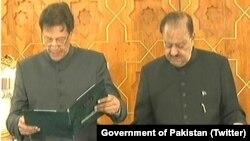 파키스탄 임란 칸 신임 총리가 18일 취임 선서를 하고 있다.